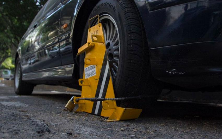 Otro municipio recurre a las pinzas de neumáticos para las infracciones de tráfico